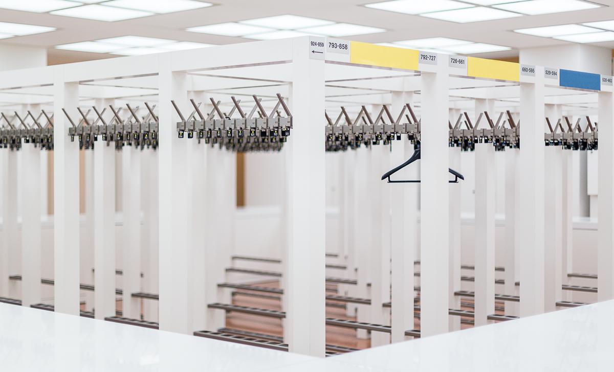 Eenzame hanger in garderobe